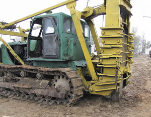 Рис. 4. Навесное оборудование (рыхлитель грунта) на базе трактора ДТ со штампом для изготовления набивных свай в вытрамбованных скважинах
