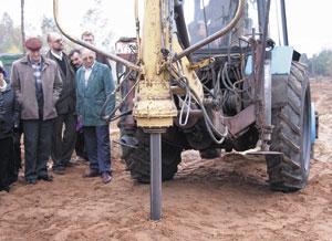 Рис. 5. Навесное оборудование (ямобур) на базе трактора МТЗ, доработанное для изготовления набивных свай в бурораздвижных скважинах