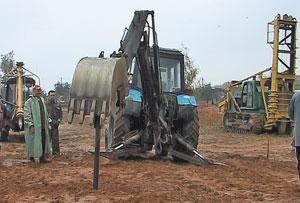 Рис. 6. Навесное оборудование (экскаваторное) на базе трактора МТЗ, доработанное для изготовления набивных свай в проколотых скважинах