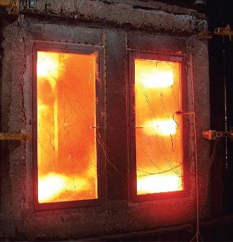 Остекленная противопожарная дверь (начало испытания)