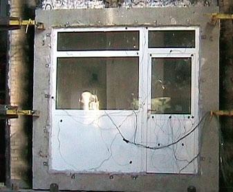 Остекленная противопожарная перегородка со встроенной противопожарной дверью