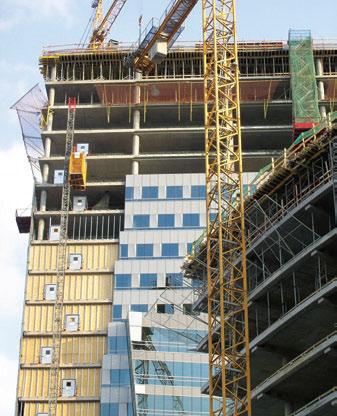 Рис. 4. Совмещение технологии по возведению каркаса и фасада (Варшава, 2005 г.)