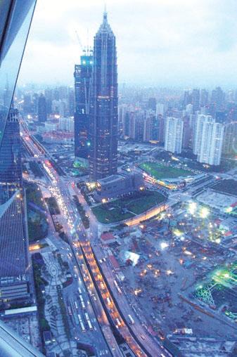 Рис. 5. Башенные краны при строительстве небоскребов в Шанхае