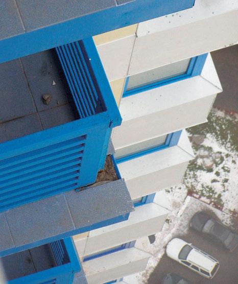 Рис. 7. Выпадение облицовочной плитки на балконе 41-го этажа высотного жилого дома